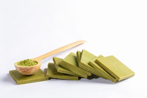 Colher de pau de matcha em pó e chocolate verde matcha