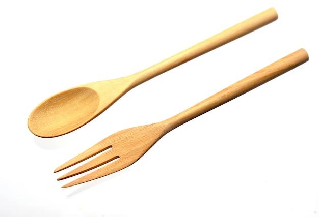 Colher de pau e garfo isolado no branco
