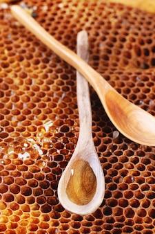 Colher de pau em favos de mel
