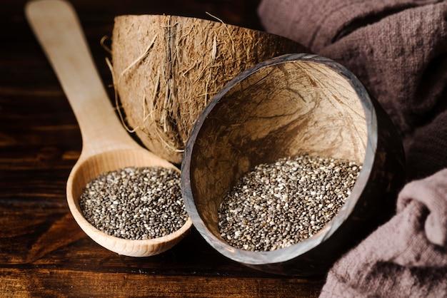 Colher de pau rústica e tigela com sementes