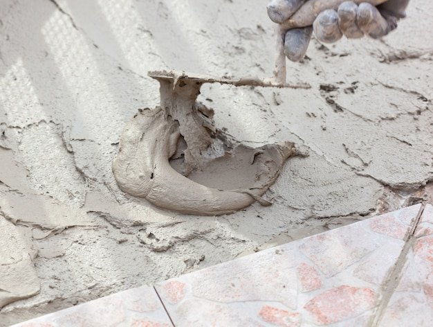 Colher de pedreiro e cimento