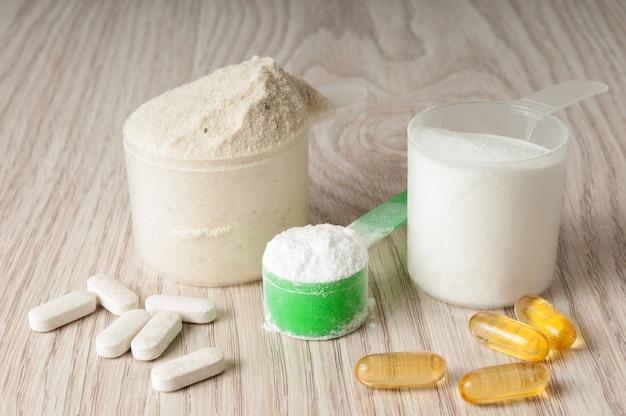 Colher de proteína, bcaa e creatina, ômega3 em comprimidos