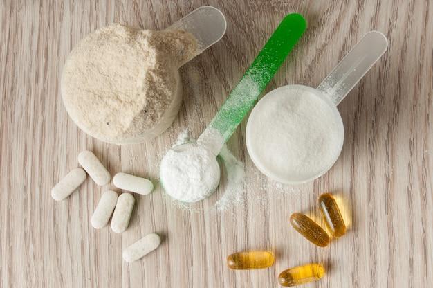 Colher de proteína, bcaa e creatina, omega3 em pílulas
