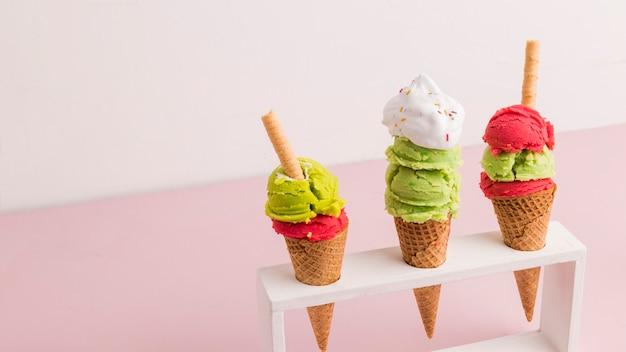 Colher de sorvete gelado misturado em cones com palha de waffle