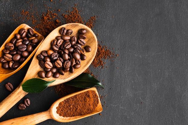 Colher de vista superior com grãos de café