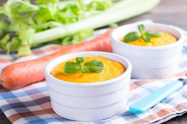 Colher e caçarola com saboroso suflê de cenoura