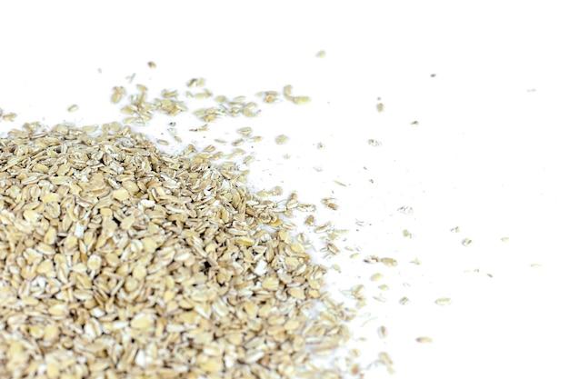 Colher e empilhar a farinha de aveia com seus grãos e plantas não processados.