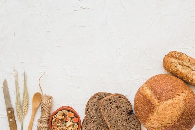 Colher e faca perto de nozes e pão