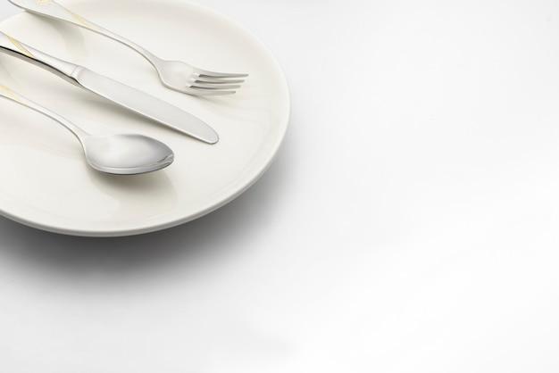 Colher e garfo colocar na chapa branca em branco