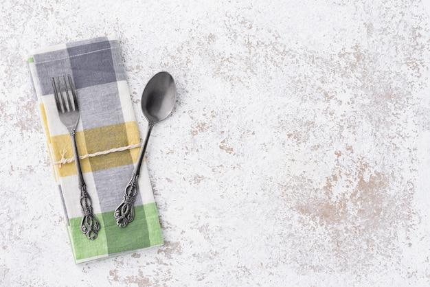Colher e garfo vintage com espaço napery