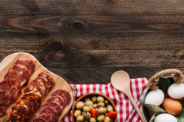 Colher e ingredientes no guardanapo