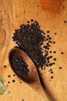 Colher e monte de pimenta em cima da mesa