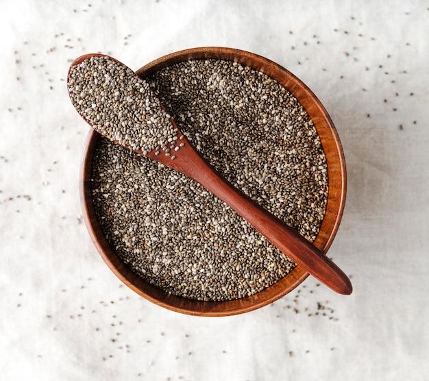 Colher e tigela cheia de sementes