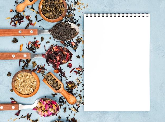 Colher e tigelas com chá de ervas ao lado do notebook