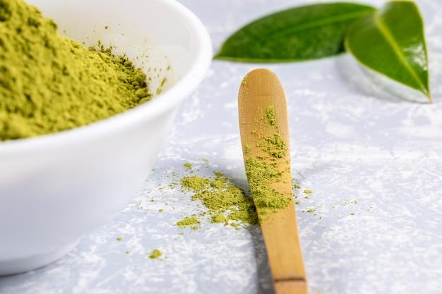 Colher especial de close-up com pó de chá verde matcha