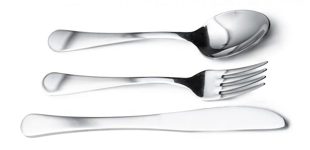 Colher, faca e garfo isolado na superfície branca