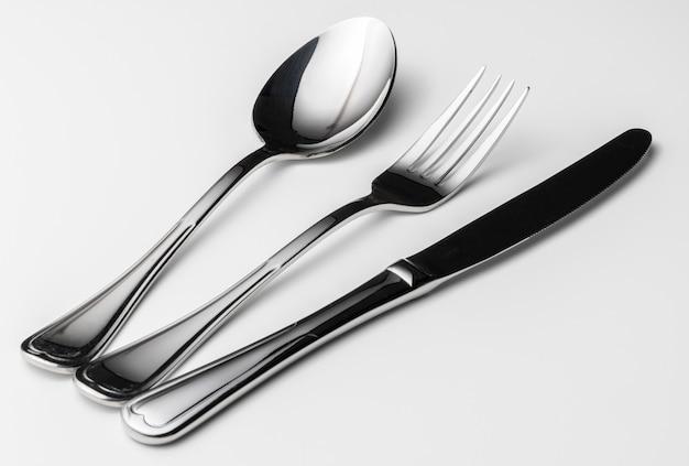 Colher, garfo e faca em um branco
