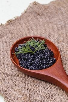 Colher grande com caviar preto