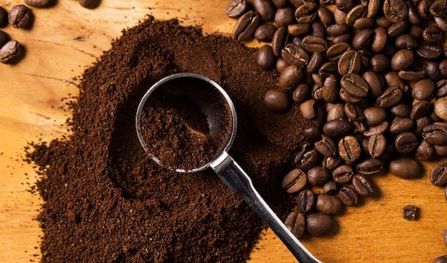 Colher metálica e café