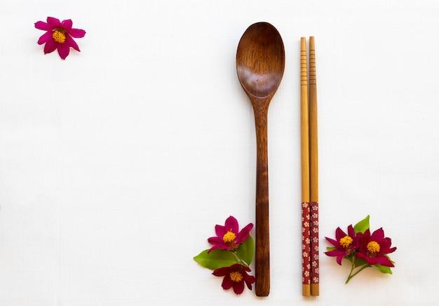 Colher pauzinhos e flores cosmos em estilo de cartão postal