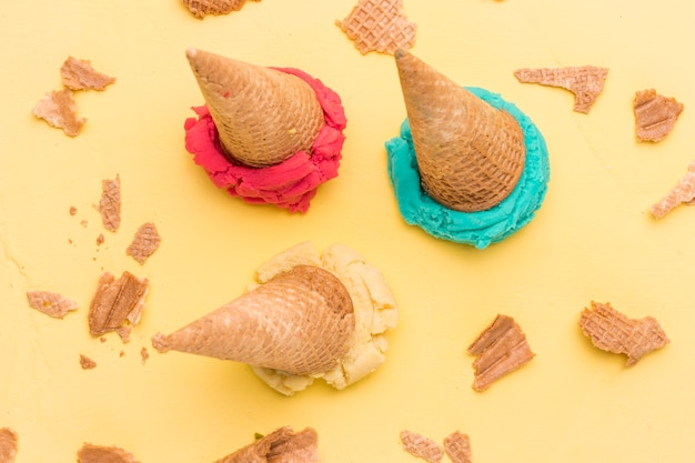Colher sorvete de frutas e waffles rachados