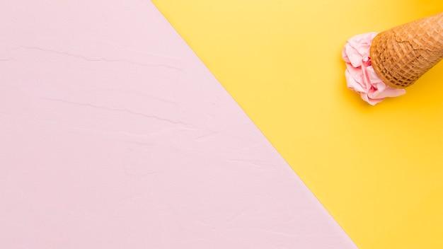 Colher sorvete de frutas na superfície multicolorida
