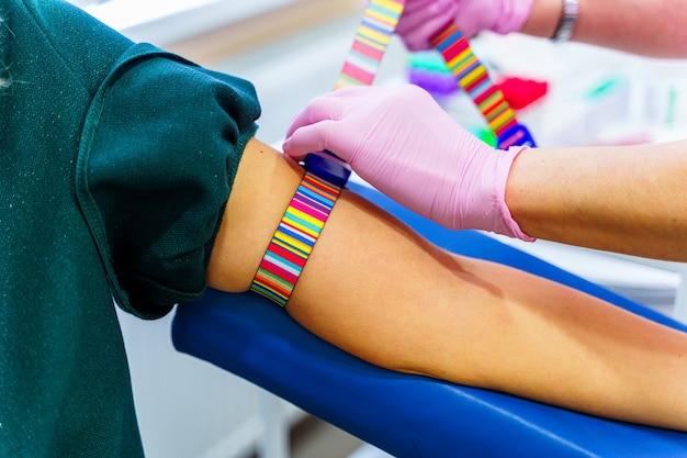 Colher uma amostra de sangue em laboratório para análises futuras. antecedentes da sala médica.