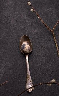 Colher vintage com ovo de codorna