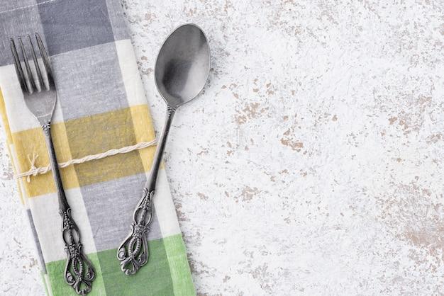 Colher vintage espaço e garfo com napery