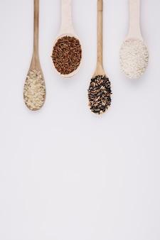 Colheres com arroz cru