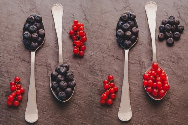 Colheres com frutas vermelhas