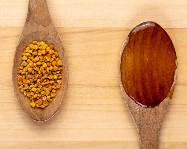 Colheres com mel e pólen