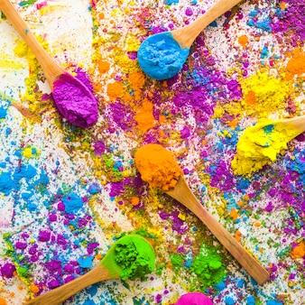 Colheres com pilhas de diferentes cores secas brilhantes