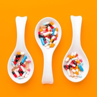 Colheres com pílulas