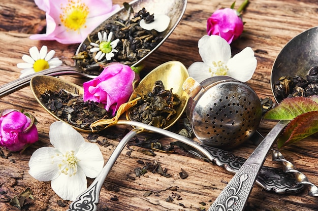 Colheres de chá com folhas de chá