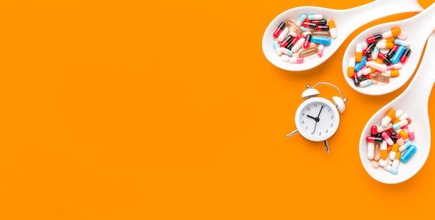 Colheres de cópia-espaço com pílulas