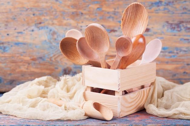 Colheres de diferentes tamanhos de diferentes tipos de madeira em uma caixa