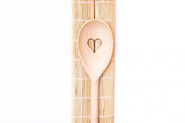 Colheres de madeira com motivos de coração e bambu, servindo em branco