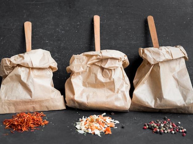 Colheres de madeira dentro de sacos de papel