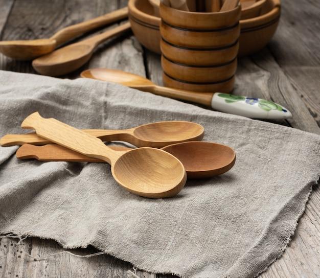 Colheres de madeira vazias em uma mesa cinza, vista superior