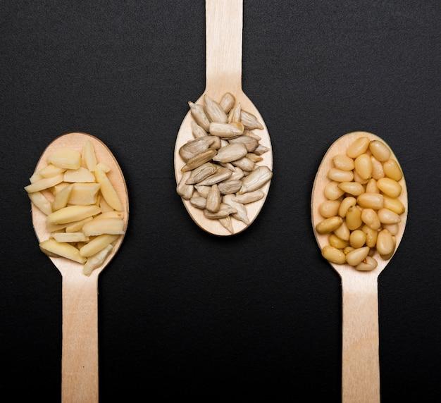 Colheres de pau com sementes e especiarias