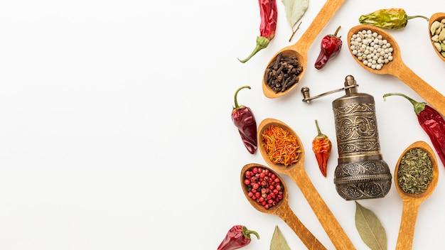 Colheres de pau com variedade de especiarias e moedor