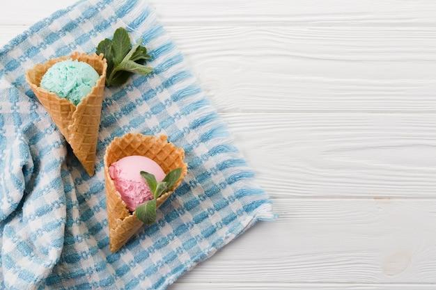 Colheres de sorvete azul e rosa