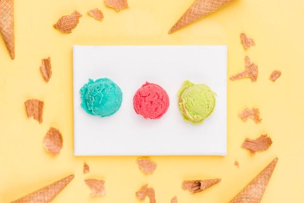 Colheres de sorvete e cones quebrados