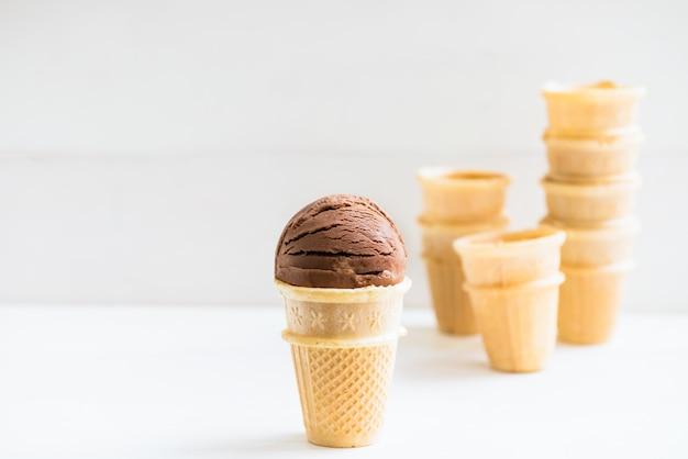 Colheres de sorvete em copos de waffle