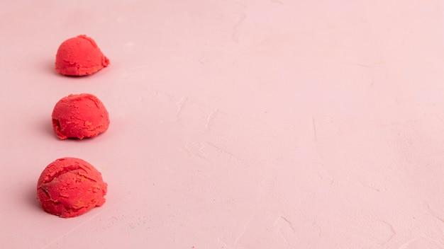 Colheres de sorvete no fundo rosa