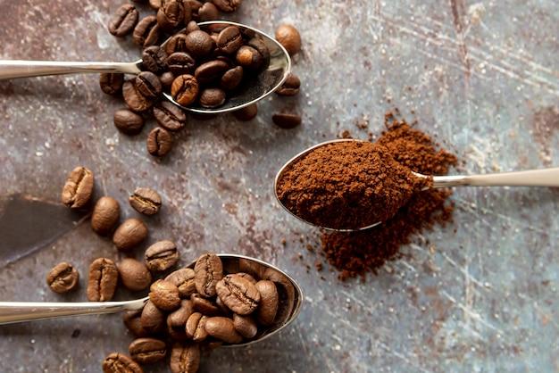 Colheres de vista superior com café
