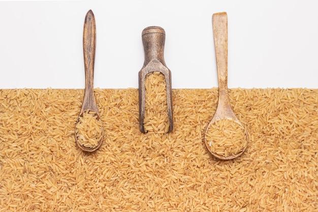 Colheres e colher com arroz integral