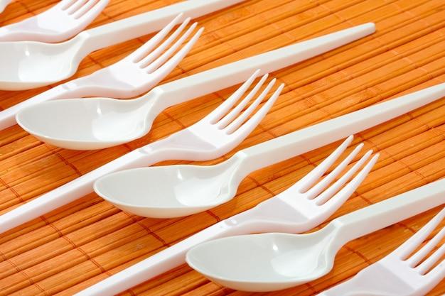 Colheres e garfos de plástico