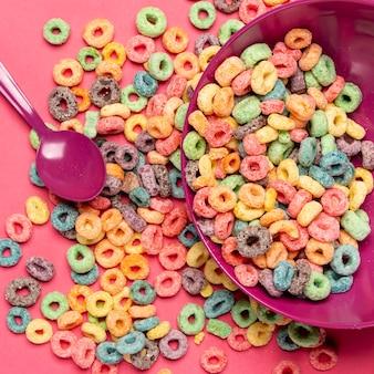 Colheres e loops de cereais de frutas deliciosas e nutritivas